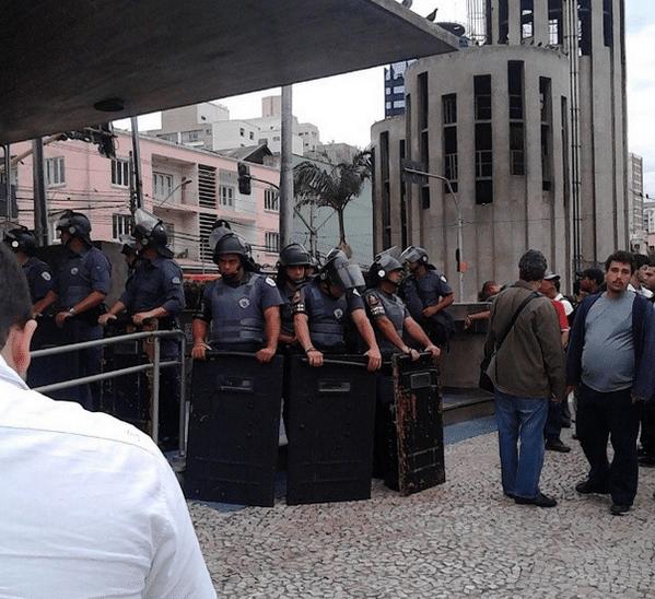 6.jun.2014 - A Polícia Militar expulsou funcionários do metrô, que estão em greve, da estação Ana Rosa, na região do Paraíso, na zona sul de São Paulo. Os metroviários dizem que a PM entrou na estação para reprimir o protesto da categoria e usou balas de borracha para dispersar os trabalhadores