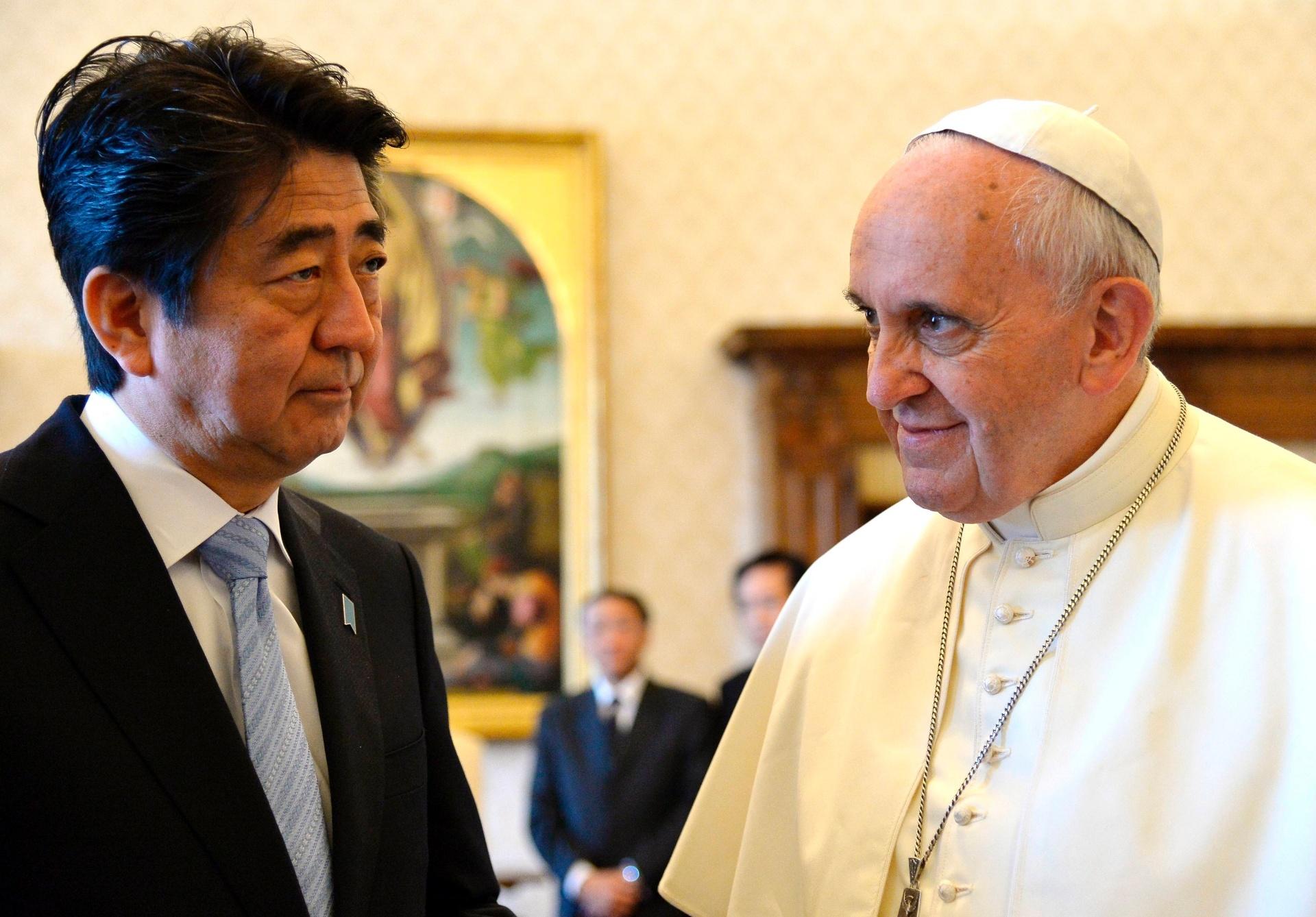 6.jun.2014 - Papa Francisco se reúne com o primeiro-ministro do Japão, Shinzo Abe, em uma audiência privada no Vaticano, nesta sexta-feira (6)