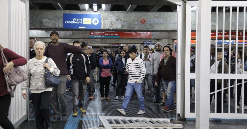 6.jun.2014 - Passageiros derrubam portão da estação Brás do metrô , que faz integração com a CPTM, neste segundo dia de greve dos metroviários. As três principais linhas do sistema operam parcialmente nesta sexta-feira (6): a linha 1-azul opera da estação Paraíso à Luz, a linha 2-verde da Paraíso à Clínicas e a linha 3-vermelha de Bresser Mooca até Santa Cecília. As linhas 5-lilás e 4-amarela operam normalmente, com todas as estações abertas