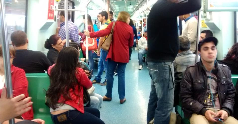 6.jun.2014 - Passageiros embarcam na estação Bresser, na linha 3-vermelha do metrô em São Paulo. As três principais linhas do sistema de metrô operam parcialmente nesta sexta-feira (6): a linha 1-azul opera da estação Paraíso à Luz, a linha 2-verde da Paraíso à Clínicas e a linha 3-vermelha de Bresser Mooca até Santa Cecília. As linhas 5-lilás e 4-amarela operam normalmente, com todas as estações abertas