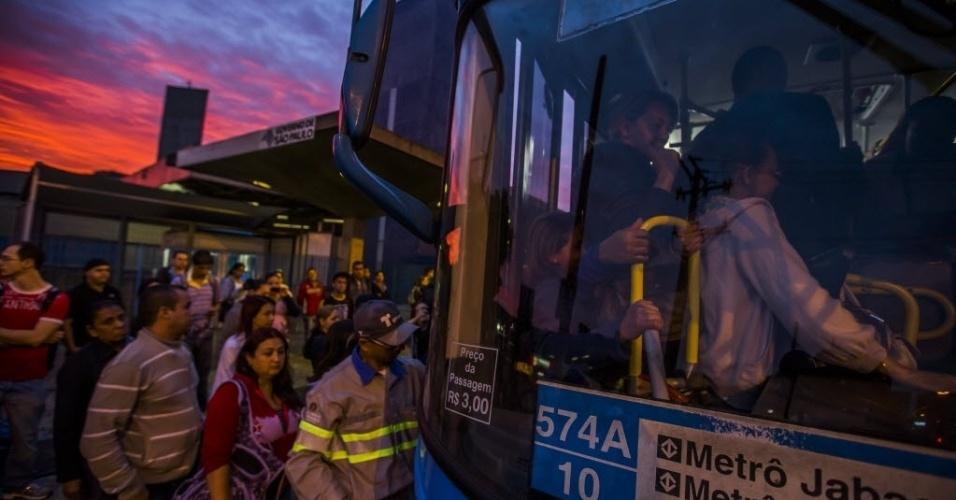 6.jun.2014 - Passageiros lotam ônibus em frente ao metrô Jabaquara, neste segundo dia de greve dos metroviários. As três principais linhas do sistema operam parcialmente nesta sexta-feira (6): a linha 1-azul opera da estação Paraíso à Luz, a linha 2-verde da Paraíso à Clínicas e a linha 3-vermelha de Bresser Mooca até Santa Cecília. As linhas 5-lilás e 4-amarela operam normalmente, com todas as estações abertas