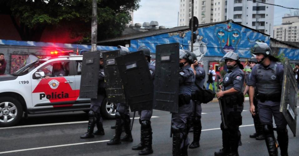 6.jun.2014 - Policiais militares usam escudos durante manifestação de metroviários na Radial Leste, nas imediações da estação Tatuapé, na zona leste da cidade de São Paulo, no fim da tarde desta sexta-feira (06). A categoria está paralisada desde essa quinta-feira (5)