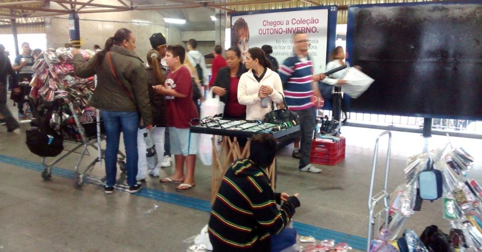 6.jun.2014 - Sem a presença dos metroviários, que estão em greve, camelôs improvisam uma feirinha na estação Tatuapé, zona leste de São Paulo