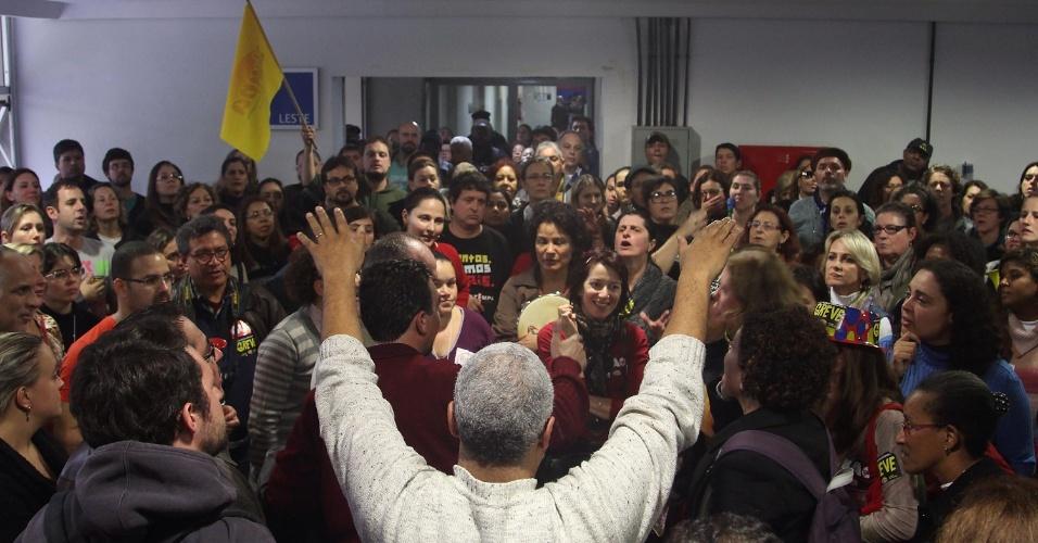 6.jun.2014 - Servidores municipais em greve invadem os corredores da Câmara de Vereadores de Porto Alegre (RS), nesta sexta-feira (06). A paralisação por reajuste salarial convocada pelo Sindicato dos Municipários de Porto Alegre (Simpa) teve início segunda-feira (2)