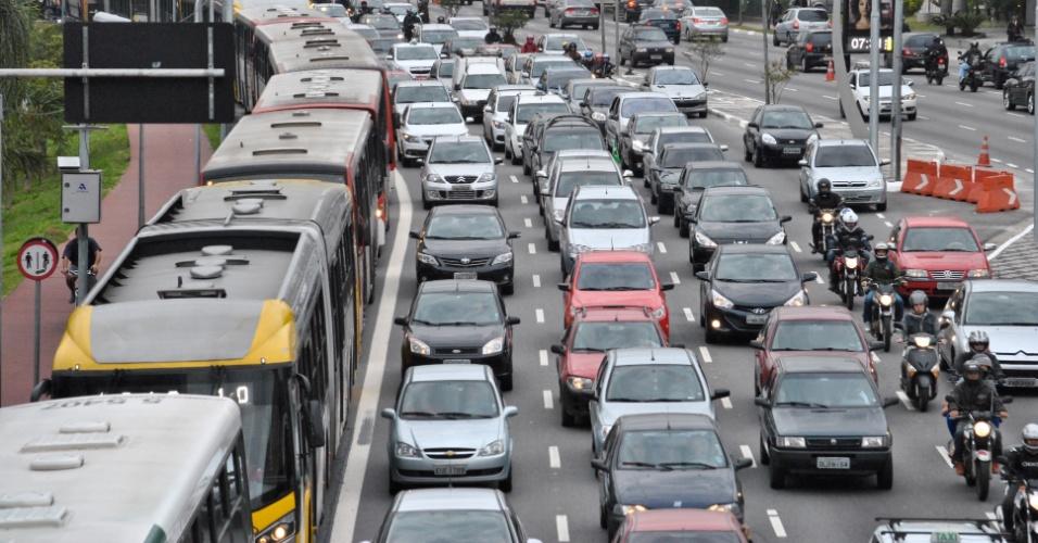 6.jun.2014 - Trânsito intenso na Radial Leste, zona leste de São Paulo, na manhã desta sexta-feira, durante greve dos metroviários. A cidade bateu um novo recorde de congestionamento no trânsito para o período da manhã nesta sexta-feira (6), com 214 km de filas, às 9h. A lentidão normal para o horário (com o metrô funcionando) seria entre 74 km e 108 km