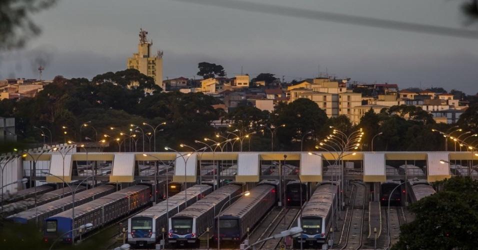 6.jun.2014 - Trens do metrô permanecem no pátio de manobras, no Jabaquara, em São Paulo, durante o segundo dia de greve dos metroviários. As três principais linhas do sistema operam parcialmente nesta sexta-feira (6): a linha 1-azul opera da estação Paraíso à Luz, a linha 2-verde da Paraíso à Clínicas e a linha 3-vermelha de Bresser Mooca até Santa Cecília. As linhas 5-lilás e 4-amarela operam normalmente, com todas as estações abertas
