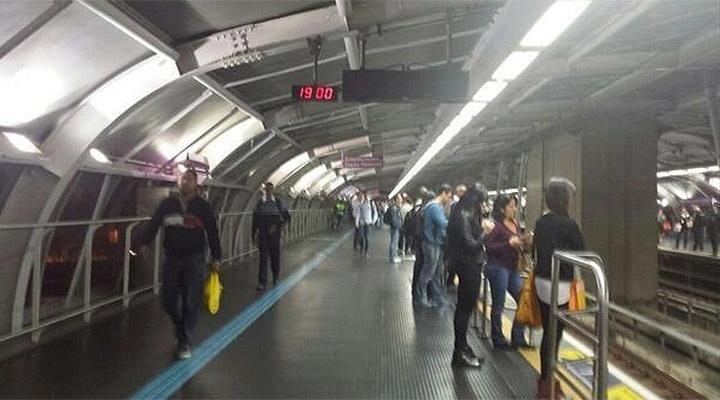 6.jun.2014 - Usuário do metrô posta foto da plataforma da estação Santo Amaro, sentido Capão Redondo, no final da tarde desta sexta-feira (6). A estação integra a linha 5-Lilás