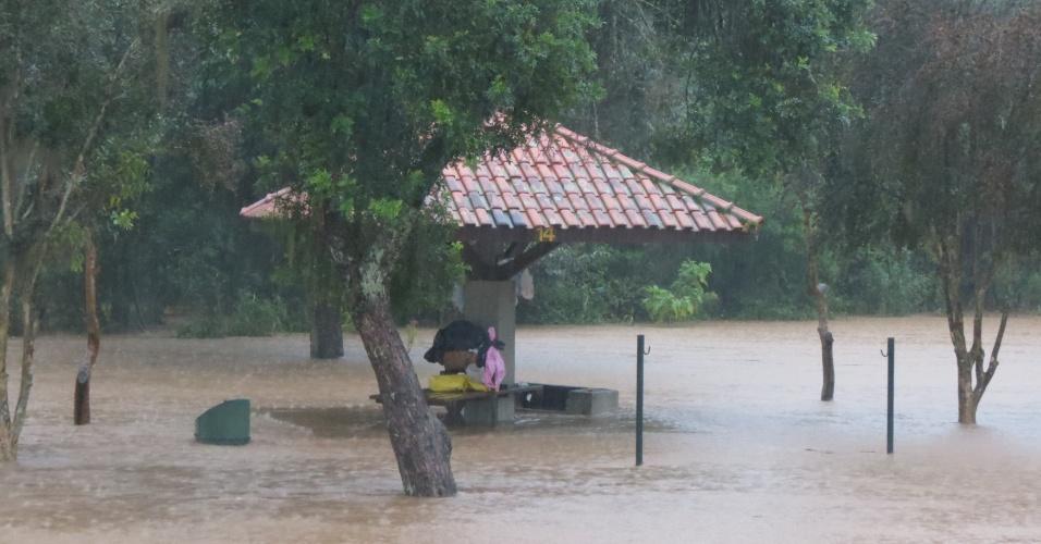 7.jun.2014 - O parque Barigui, em Curitiba, ficou alagado após forte chuva que desde essa sexta-feira (6) atinge a capital paranaense