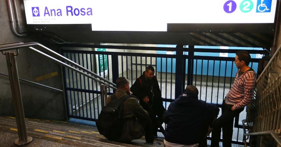 7.jun.2014 - Passageiros aguardam a abertura da estação Ana Rosa, da linha 1-Azul, na zona sul de São Paulo, na manhã deste sábado (7). A greve dos metroviários chega hoje ao terceiro dia. Nessa sexta (6), a categoria decidiu manter a greve em assembleia realizada na sede do Sindicato dos Metroviários