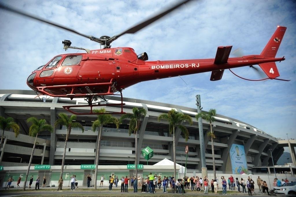 7.jun.2014 - Corpo de Bombeiros do Rio de Janeiro realiza, neste sábado (7), teste dos planos de evacuação e de emergência médica do estádio do Maracanã para os jogos da Copa do Mundo 2014.