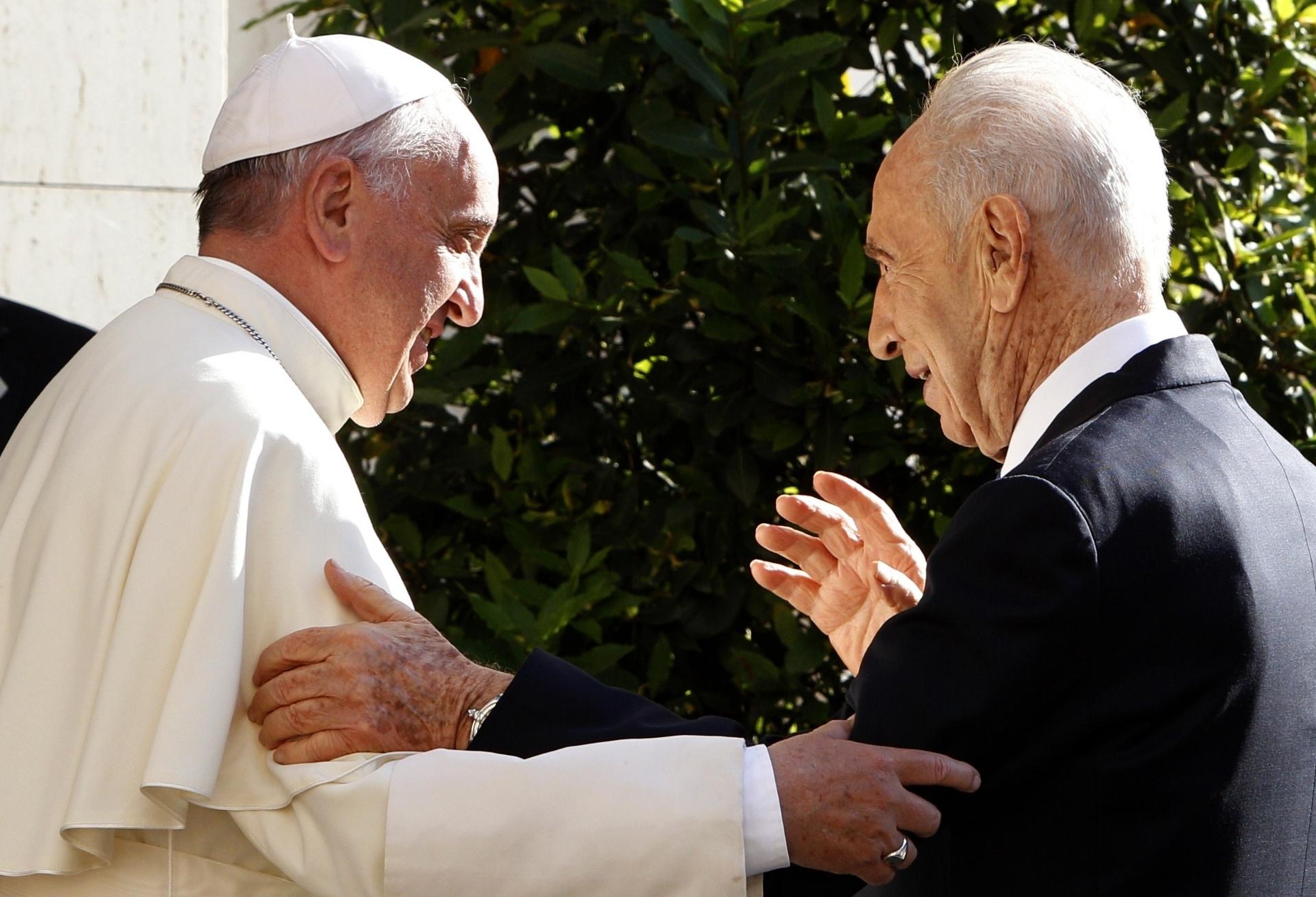 8.jun.2014 - Papa Francisco recebe os presidentes de Israel e da Palestina, neste domingo (8), para um encontro de orações