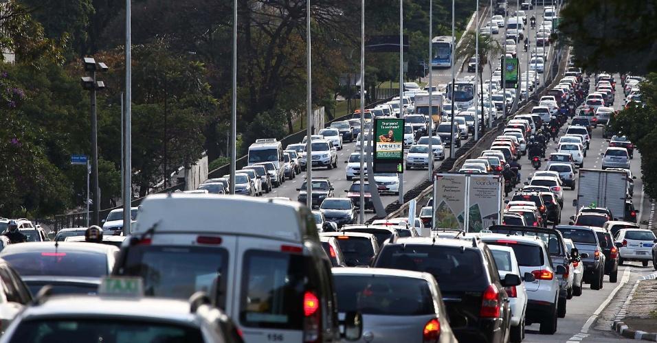 9.jun.2014 - A avenida Rubem Berta, em São Paulo, apresenta trânsito intenso na manhã desta segunda-feira, como reflexo da greve dos metroviários