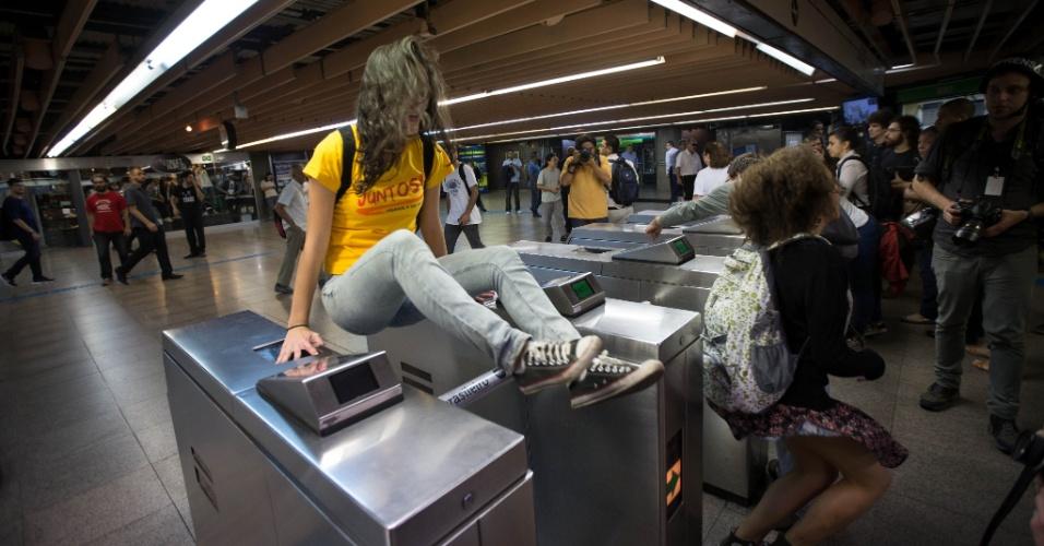 9.jun.2014 - Integrantes do Movimento Passe Livre e RUA pulam a catraca na estação Consolação da linha 2-verde do metrô durante protesto em favor da greve dos metroviários, nesta segunda-feira