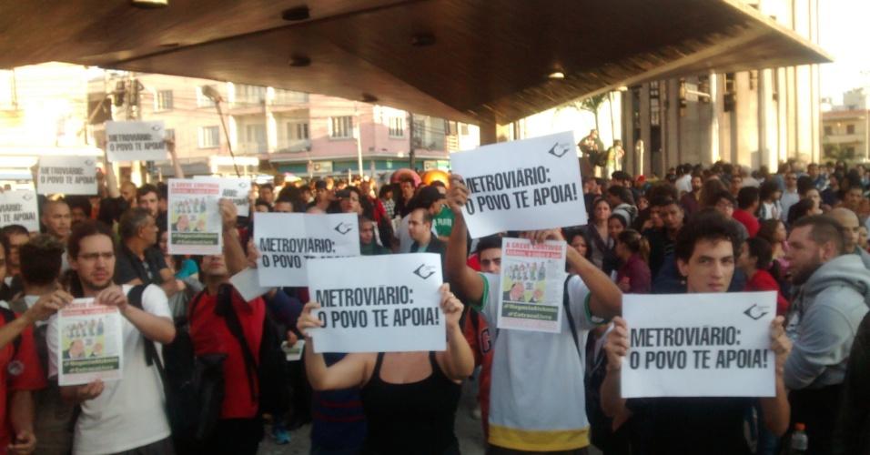 9.jun.2014 - Integrantes do MPL (Movimento Passe Livre) exibem cartazes de apoio aos metroviários, na estação Ana Rosa da linha 1-azul do metrô, na manhã desta segunda-feira