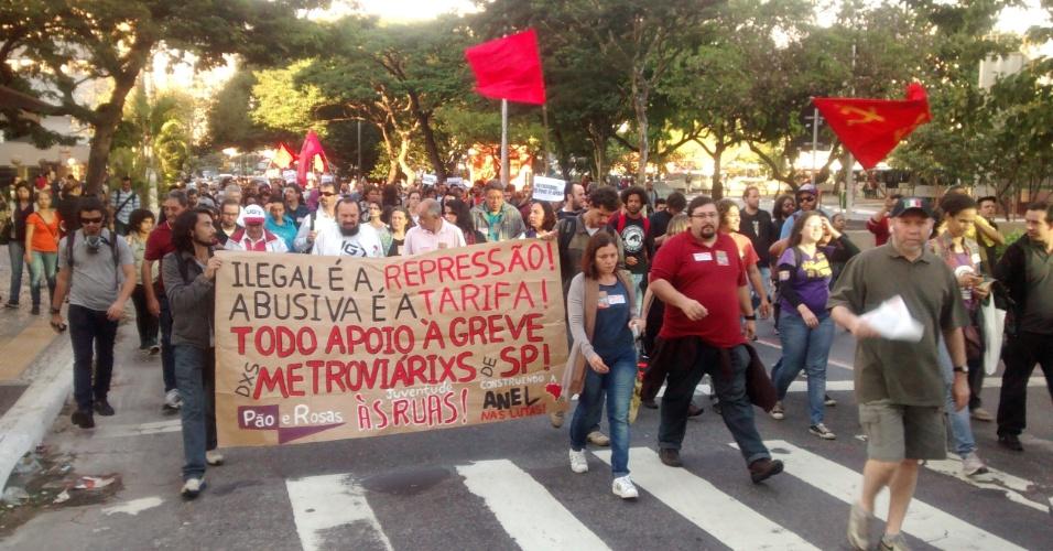 9.jun.2014 - Manifestantes demonstram apoio aos metroviários de São Paulo durante protesto que ocupou a rua Vergueiro, na zona sul de São Paulo, na manhã desta segunda-feira