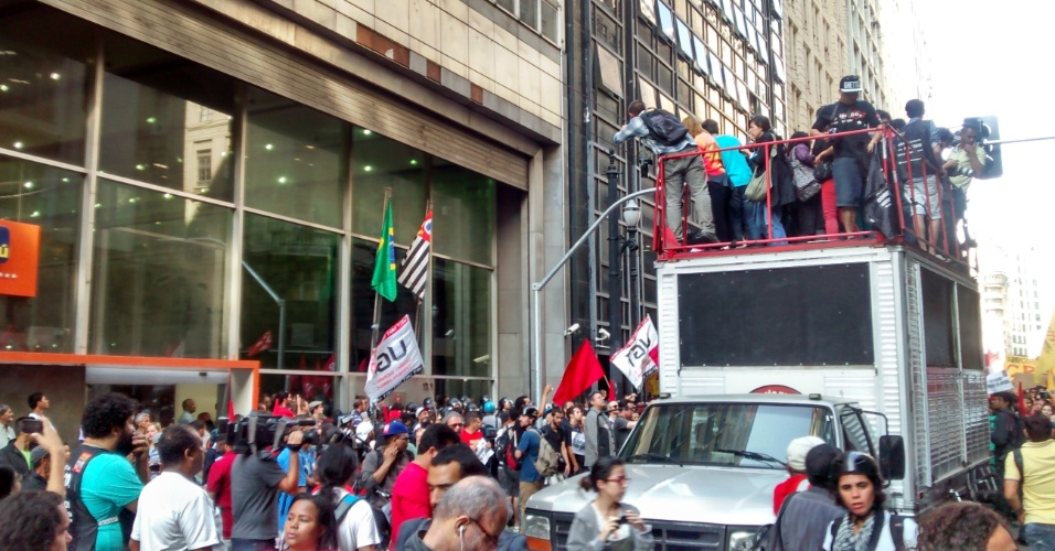 9.jun.2014 - Manifestantes protestam em frente à sede da Secretaria dos Transportes Metropolitanos, na região central de São Paulo, na manhã desta segunda-feira
