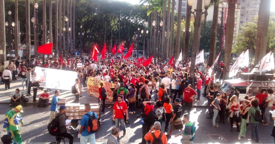9.jun.2014 - Manifestantes se concentram na Praça da Sé na manhã desta segunda-feira em protesto em apoio à greve dos metroviários de São Paulo