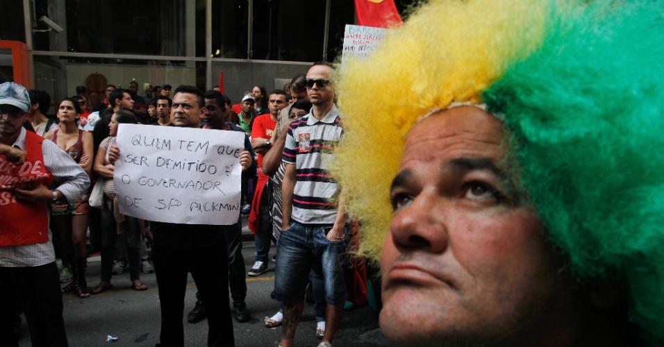 9.jun.2014 - Metroviários em greve criticam o governador de São Paulo Geraldo Alckmin por causa da demissão por justa causa de funcionários