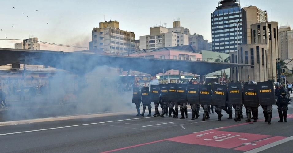 9.jun.2014 - Polícia lança gás lacrimogêneo contra manifestantes na região da estação Ana Rosa da linha 1-azul do metrô, na manhã desta segunda-feira
