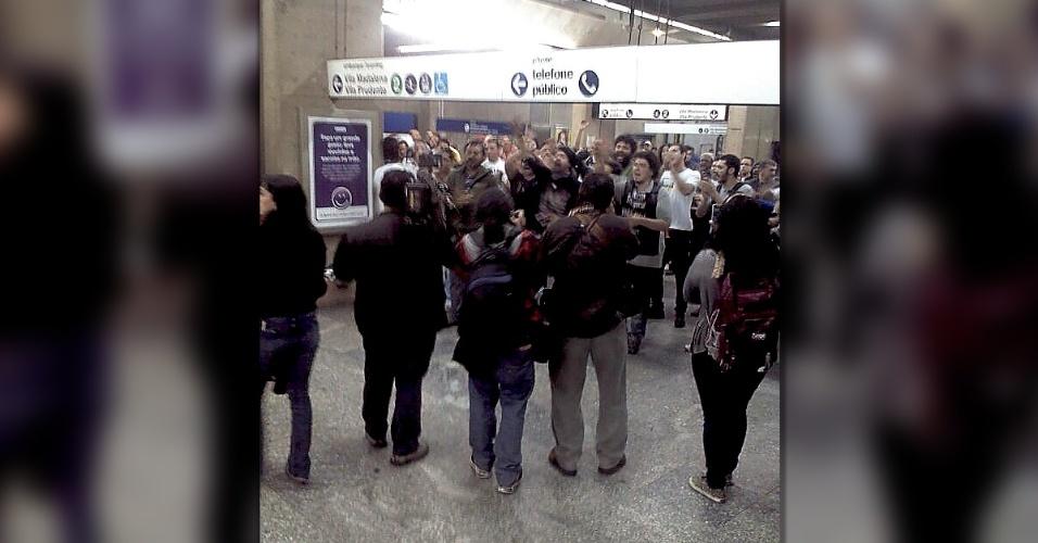 9.jun.2014 - Polícia Militar entra na estação Ana Rosa, onde encontram-se funcionários em greve, pedindo a saída da imprensa para a entrada da Tropa de Choque. Funcionários pedem que o governo abra diálogo. Os trabalhadores também afirmam que o metrô está sem manutenção nos últimos dias