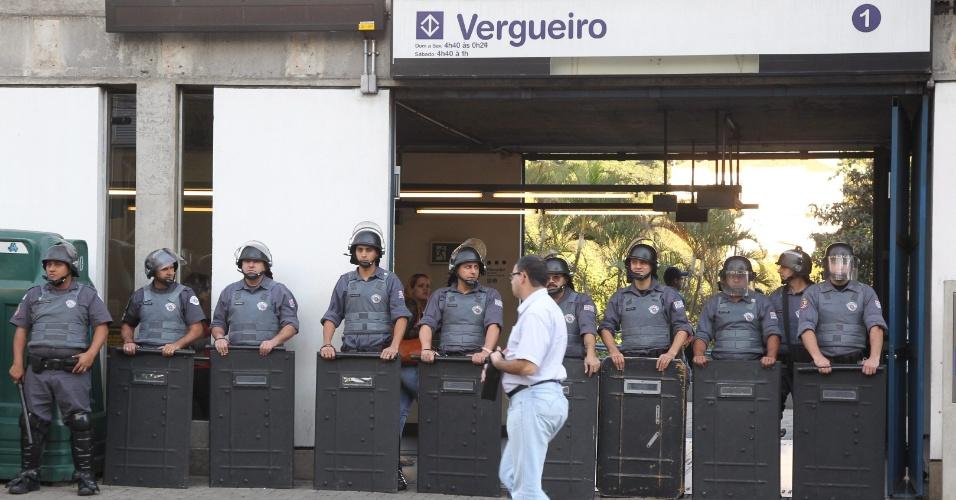 9.jun.2014 - Policiais reforçam a segurança na entrada da estação Vergueiro da linha 1-azul do metrô na manhã desta segunda-feira