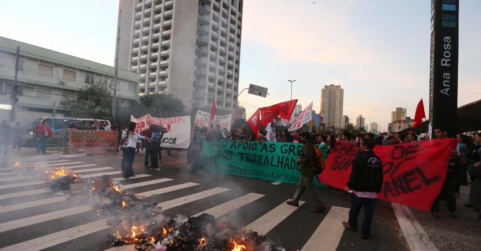 9.jun.2014 - Protesto fecha rua próximo a estação Ana Rosa da linha 1-azul do metrô