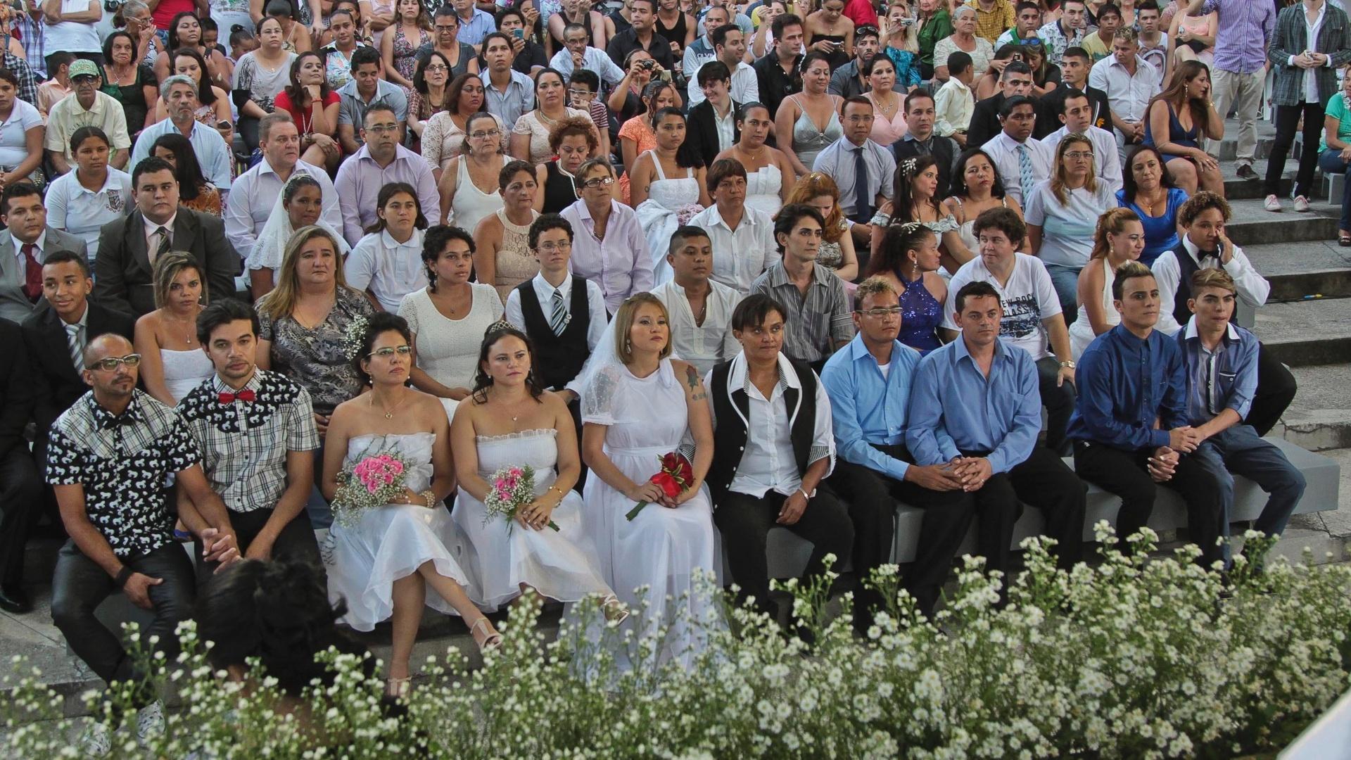 9.jun.2014 - Trinta casais homossexuais participaram de um casamento coletivo neste final de semana em Fortaleza, no Ceará. O primeiro casamento gay coletivo da cidade aconteceu no Parque da Liberdade. O casamento foi aprovado pela Câmara dos Vereadores de Fortaleza em maio. O evento, realizado por meio da Coordenadoria de Políticas para a Diversidade Sexual da Secretaria de Cidadania e Direitos Humanos (SCDH), teve o intuito de auxiliar aqueles que possuem o desejo de casar, mas não podem arcar com as despesas da cerimônia