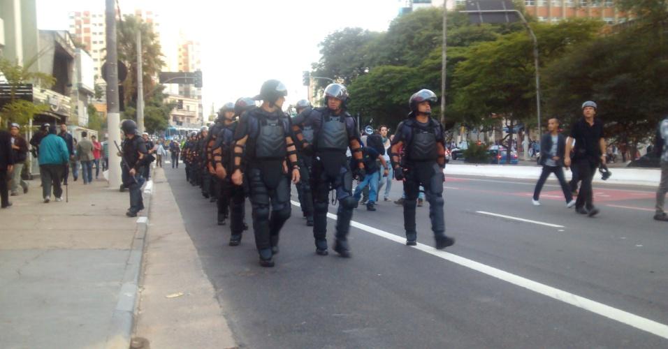 9.jun.2014 - Tropa de Choque avança pela rua Vergueiro, na zona sul de São Paulo, em frente a estação Ana Rosa da linha 1-azul do metrô, durante confronto com grevistas