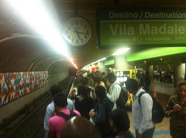 9.jun.2014 - Usuária do metrô posta foto da plataforma da estação Brigadeiro, na linha 2-verde, sentido Vila Madalena, por volta das 17h30 desta segunda-feira (9). Os paulistanos começam a enfrentar dificuldade para voltar para casa, no quinto dia de greve dos metroviários em São Paulo