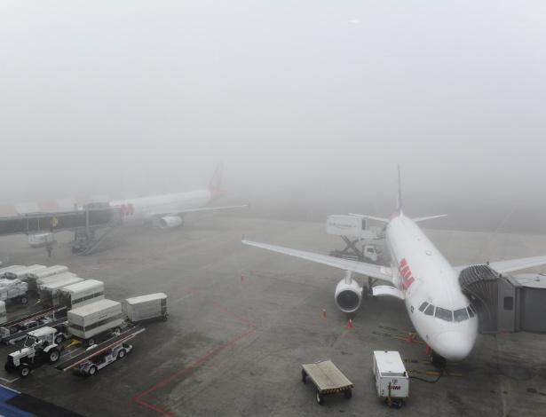 Forte neblina encobre pista do aeroporto Salgado Filho, na zona norte de Porto Alegre, na manhã desta terça-feira (10)