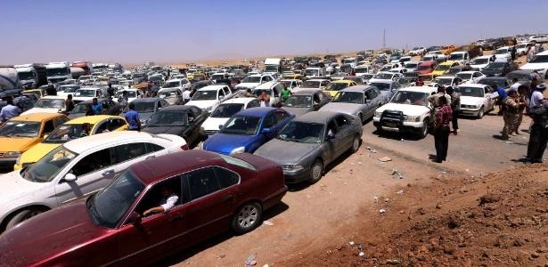 Iraquianos que fugiram da violência em Mossul aguardam liberação de passagem em posto em Aski kalak, a 40 km de Arbil, no Curdistão