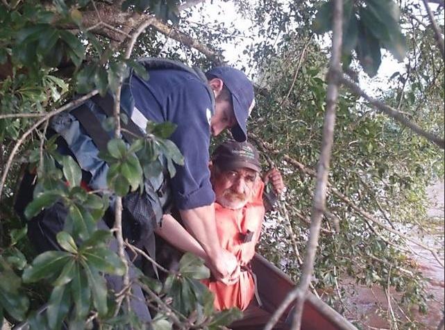 11.jun.2014 - Idoso que havia ficado preso em árvore no interior do Paraná após enchentes é resgatado dois dias depois por agentes da Defesa Civil