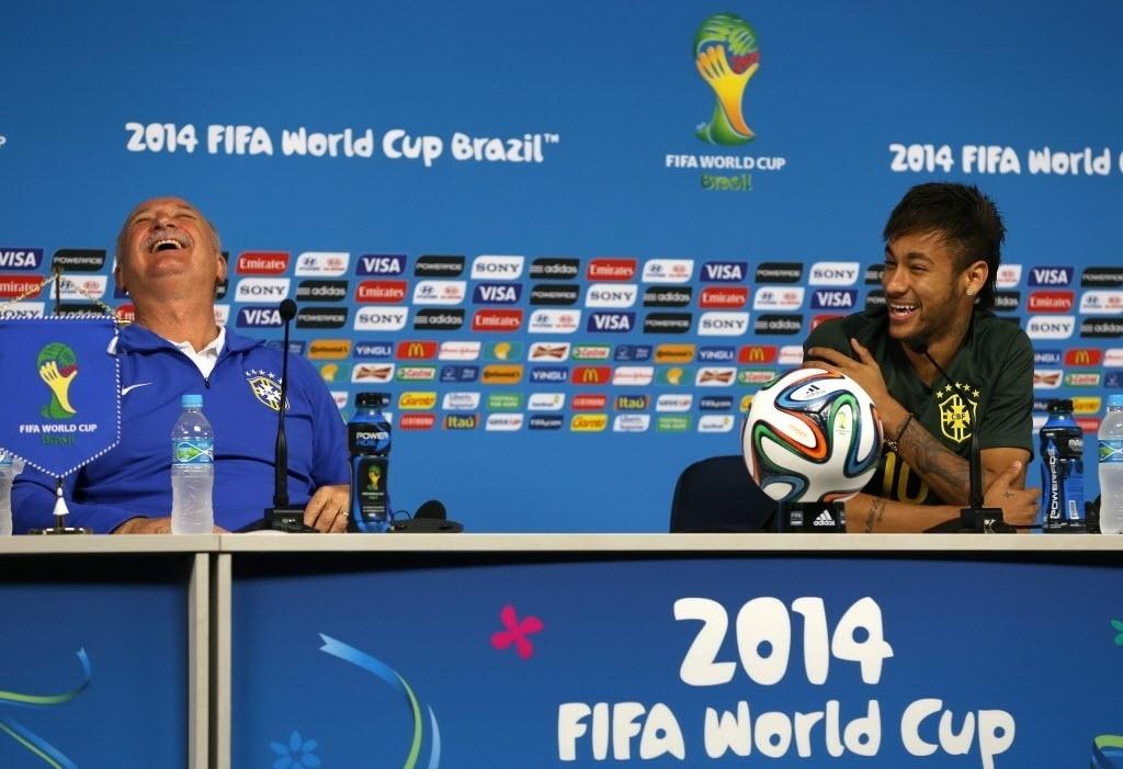 11.jun.2014 - O atacante da seleção brasileira, Neymar, participou de sua primeira entrevista coletiva, durante a preparação da Copa do Mundo, ao lado de Luiz Felipe Scolari, nesta quarta-feira (11), no Itaquerão. O Brasil estreia nesta quinta-feira contra a Croácia no mundial