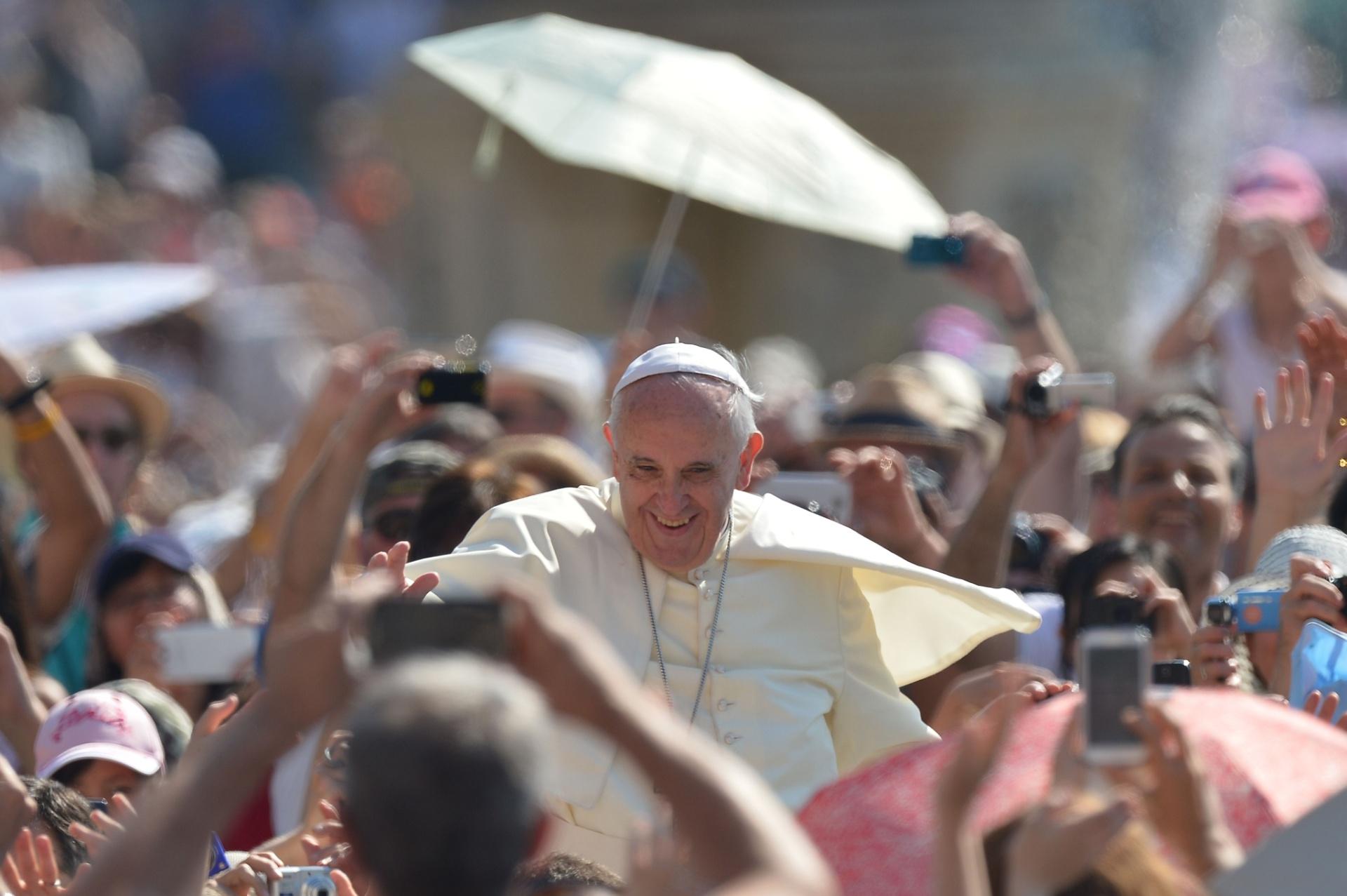 11.jun.2014 - Papa Francisco cumprimenta multidão durante audiência geral na Praça de São Pedro, no Vaticano, nesta quarta-feira (11)