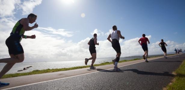 Corredores participam de maratona nos Estados Unidos: mover ou não mover os braços, eis a questão