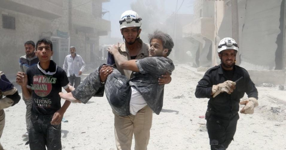 Homem resgata vítima de bombardeio do Exército Sírio contra algos da cidade de Aleppo. Ao menos 162 mil pessoas já morreram no conflito entre insurgentes e o governo de Bashar Assad, recém-eleito para novo mandato na presidência do país