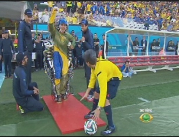 Paraplégico dá chute na Copa com exoesqueleto de Nicolelis