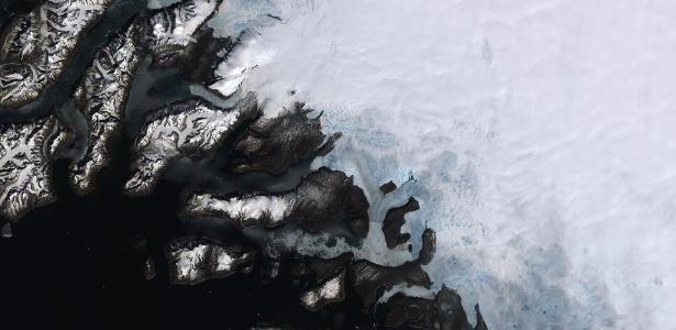 Cobrindo mais de dois milhões de quilômetros quadrados, a Groenlândia é a maior ilha do mundo e abriga a segunda maior camada de gelo, só perde para a Antártida. Com base em dados de satélites, os cientistas descobriram que o derretimento da camada de gelo está aumentando