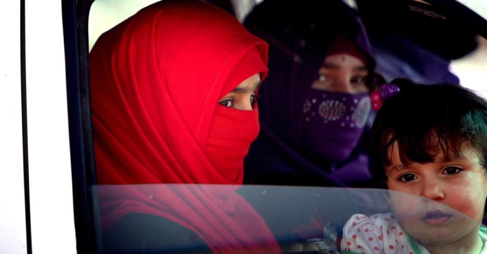 13.jun.2014 - Famílias iraquianas chegam a um acampamento temporário criado para abrigar civis que fogem da violência na província de Nínive, no norte do país