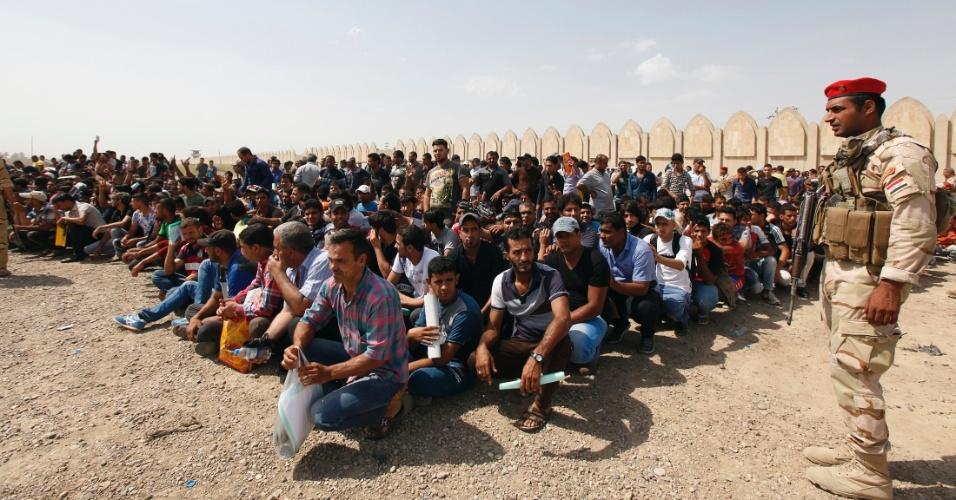 13.jun.2014 - Voluntários aguardam antes de embarcar em caminhões em Bagdá, nesta sexta-feira (13), para se juntarem ao Exército iraquiano e combater os insurgentes islamitas, que tomaram Mossul (400 km de Bagdá) e outras províncias do norte