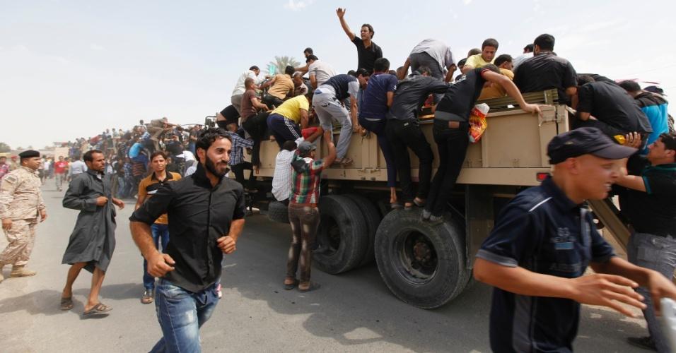 13.jun.2014 - Voluntários se juntam ao Exército iraquiano para combater os insurgentes islamitas, que tomaram Mossul e outras províncias do norte do país