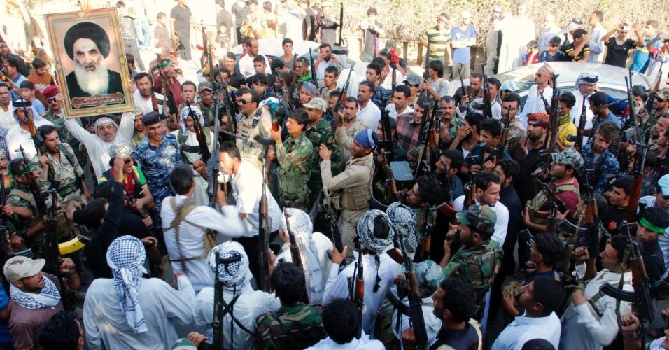 16.jun.2014 - Membros das forças de segurança iraquianas patrulham área próxima à divisa entre as províncias de Karbala e Anbar, nesta segunda-feira (16). Os Estados Unidos afirmaram que poderiam fazer ataques aéreos e atuar em conjunto com o Irã para apoiar o governo iraquiano, após onda de violência protagonizada por insurgentes sunitas