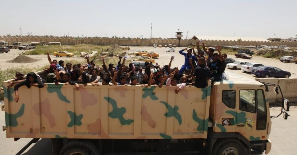16.jun.2014 - Voluntários, que se juntaram ao exército iraquiano para combater insurgentes sunitas, são transportados em caminhões de Bagdá para as áreas de conflito