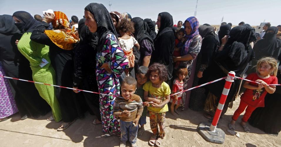 17.jun.2014 - Refugiados formam fila para se registrarem em um acampamento temporário em Aski Kalak, (a 40 km da região autônoma curda Arbil), criado para abrigar pessoas que fugiram da violência no norte do Iraque