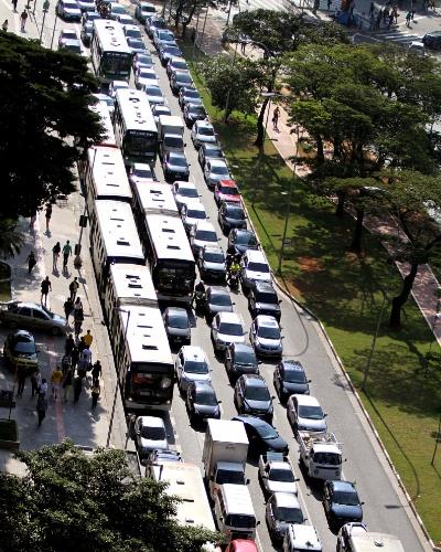 17.jun.2014 - Trânsito fica congestionado na avenida Brigadeiro Faria Lima, em Pinheiros, São Paulo, no início da tarde desta terça-feira (17). A capital paulista tem hoje um horário de pico no trânsito antecipado devido à volta para casa para acompanhar o jogo do Brasil contra o México, que ocorre em Fortaleza