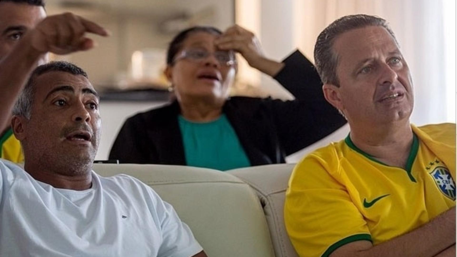 17.jun.2014 - O pré-candidato do PSB à Presidência, Eduardo Campos, assistiu ao jogo da seleção brasileira na Copa do Mundo acompanhado do ex-jogador e deputado federal Romário (PSB-RJ)