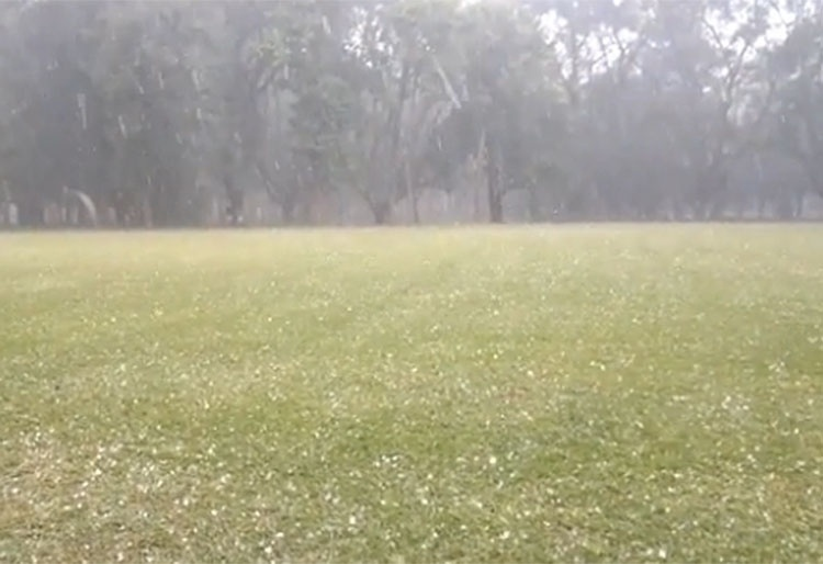 18.jun.2014 - Chuva de granizo deixa o parque Ibirapuera, na zona sul de São Paulo, coberto de pedras de gelo