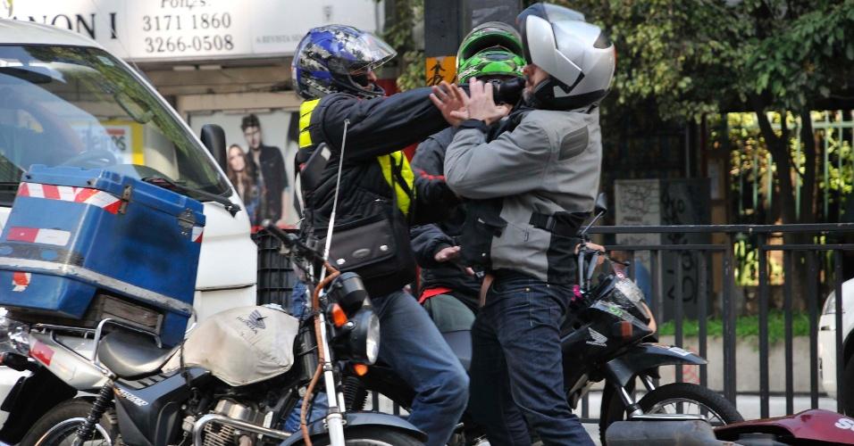 18.jun.2014 - Motociclistas trocam agressões no final da manhã desta quarta-feira (18), no cruzamento da avenida Paulista com a rua Peixoto Gomide, em São Paulo. Segundo a CET, a briga começou após a moto de um dos motociclistas colidir na traseira do outro veículo no fechamento do semáforo