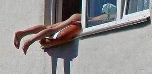 18.jun.2014 - O estudante Gregory Shakaki tirou uma foto da mulher, que estava no terceiro andar de um prédio com as pernas para fora da janela e apoiadas em uma almofada