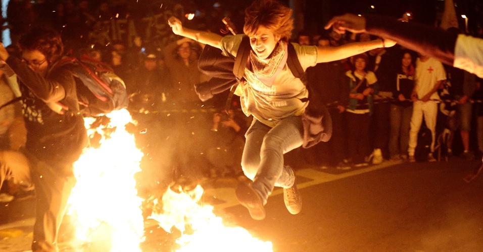 19.jun.2014 - Na Marginal Pinheiros, zona oeste de São Paulo, os manifestantes que participam do ato organizado pelo MPL (Movimento Passe Livre) queimaram catracas feitas de papelão